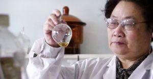 Youyou Tu logró extraer una sustancia, la artemisinina, que inhibe el parásito de la malaria.