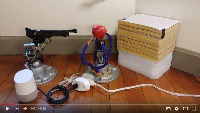 Alexander Reben ingeniero especializado en robótica del MIT ha mostrado como el asistente de Google a base de IA disparó un arma con una orden de voz.