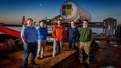 El equipo a cargo de Project Natick esta integrado por Mike Shepperd, Samuel Ogden, Spencer Fowers, Eric Peterson, Ben Cutler antes de enviar el centro de datos al océano.