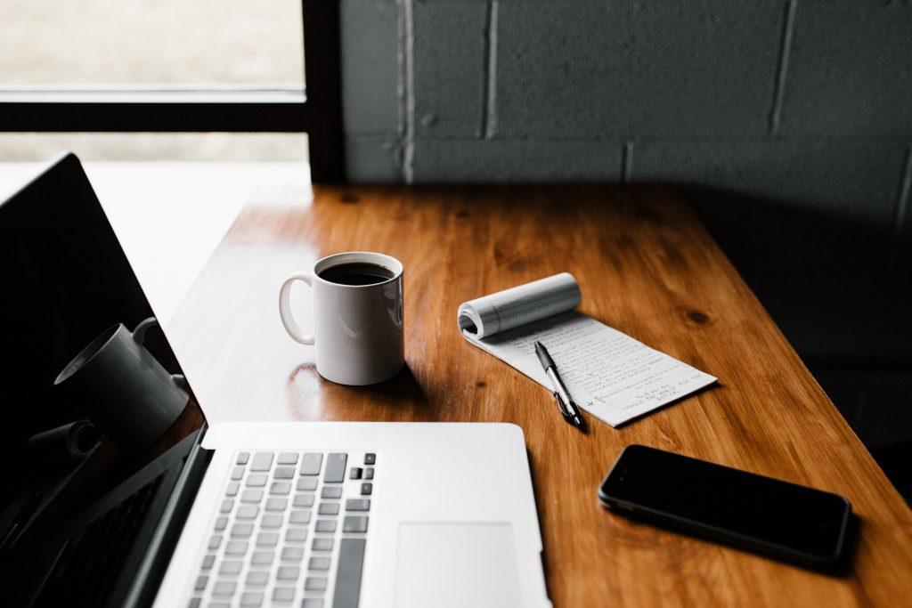 El home office nos da la oportunidad de ser más independientes al darnos la opción de elegir nuestro entorno laboral y nuestros horarios.